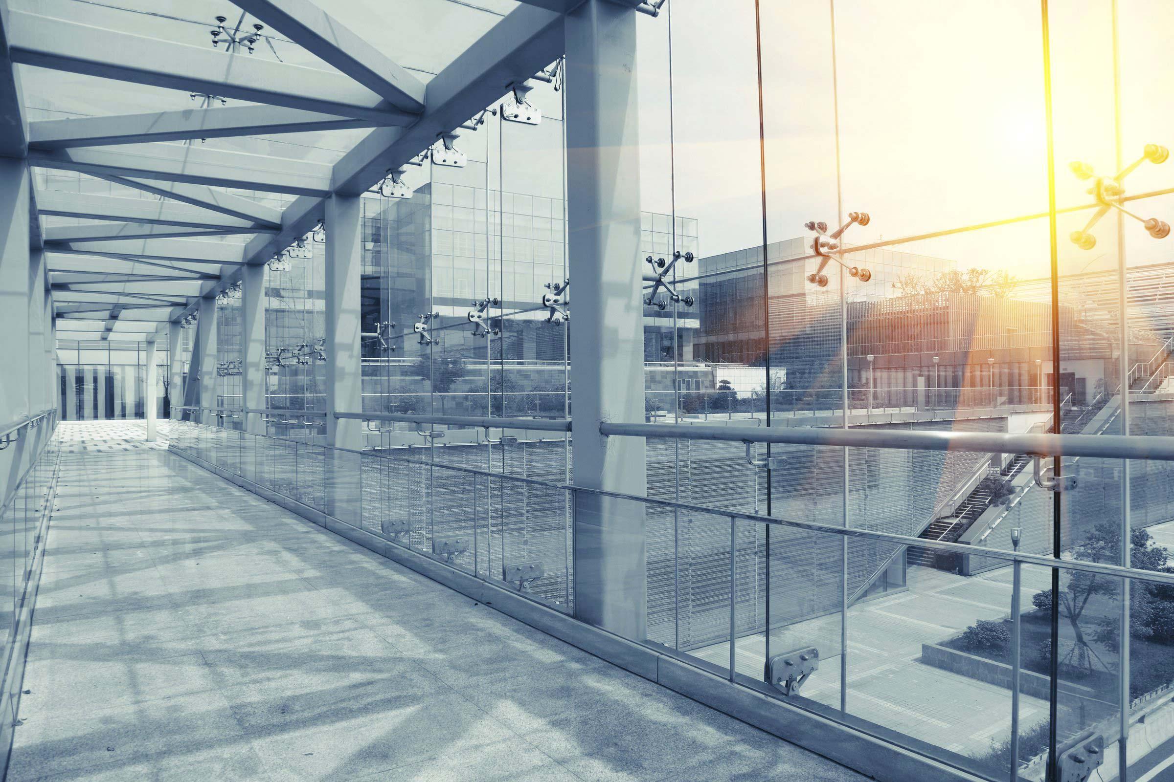 Bürogebäude bauen - Flur mit Aussenbereich
